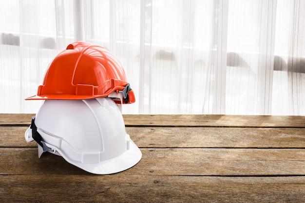 Orange, weißer harter schutzhelmbauhut für sicherheitsprojekt des arbeiters als ingenieur oder arbeitskraft