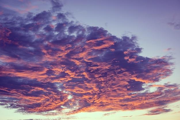 Orange wolken des drastischen blauen himmels des sonnenuntergangs