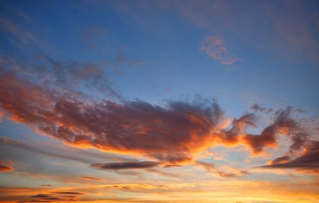 Orange wolken des sonnenunterganghimmels über blau