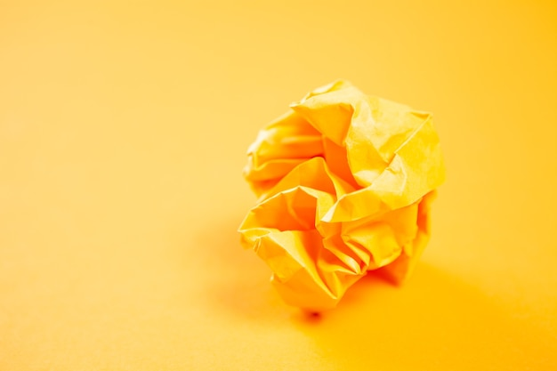 Orange zerknittertes papier auf oranger oberfläche