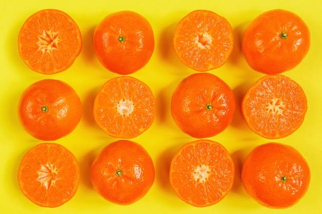 Orange, zitrone, flaches draufsichtmuster der zitrusfrüchte auf gelbem hintergrund