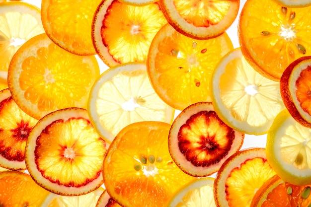 Orange, zitrone, mandarine, rotorange auf weiß