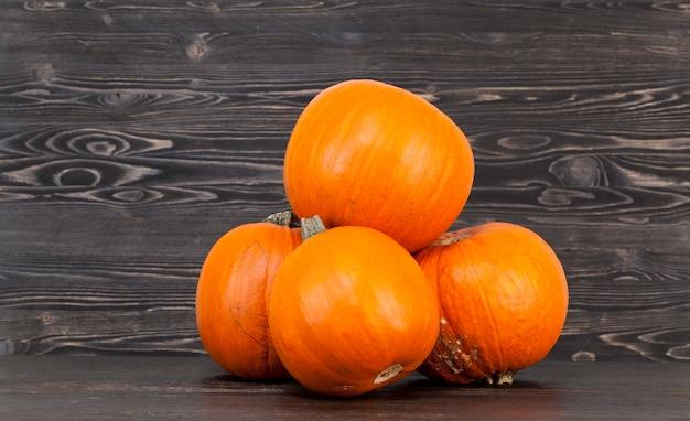 Orangefarbene kürbisse von geringer größe