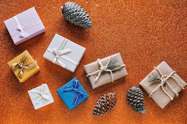 Orangefarbener hintergrund und weihnachtsschmuck mit textfreiraum