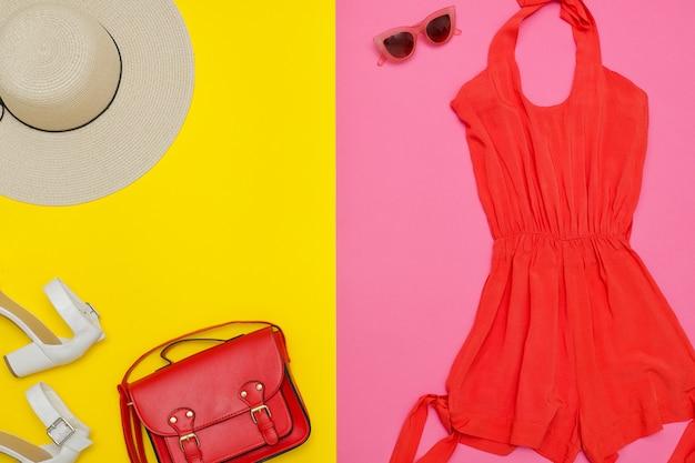 Orangefarbener overall, handtasche, braune schuhe und hut