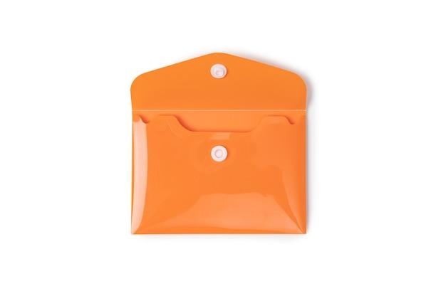 Orangefarbener plastikumschlag auf weißem hintergrund