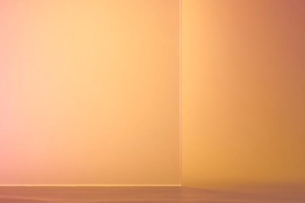 Orangefarbener produkthintergrund mit gemustertem glas