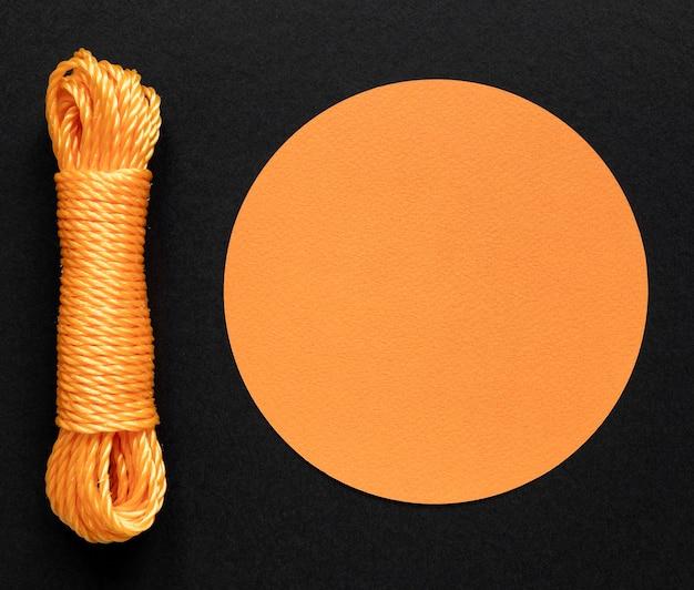 Orangefarbener seilfaden und kreisförmiger kopierraum
