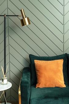 Orangefarbenes kissen auf einem sofa retro-innenarchitektur