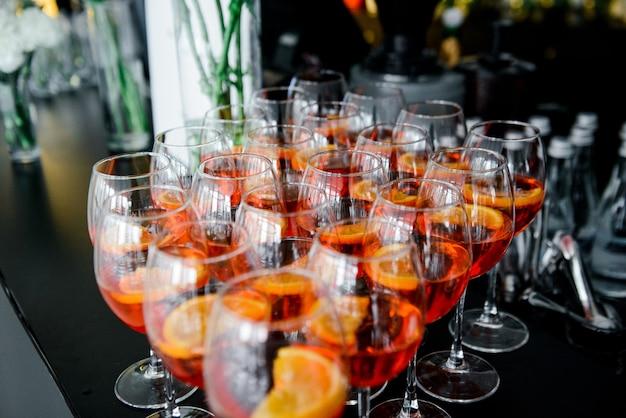 Orangen-aperol in gläsern bei einem bankett