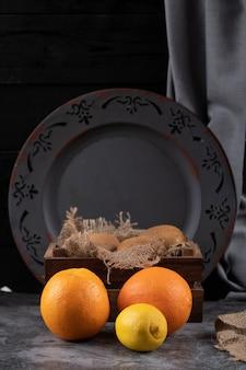 Orangen auf einem rustikalen