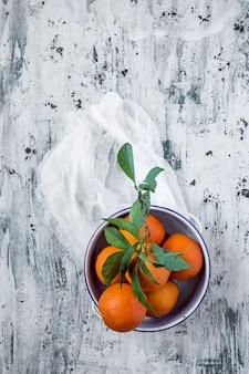 Orangen auf hellem hintergrund