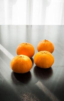 Orangen auf holzsockel gesetzt
