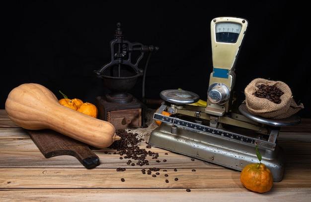 Orangen, bananen, ein kürbis und alte accessoires auf holz