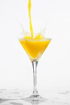 Orangen-cocktail einschenken