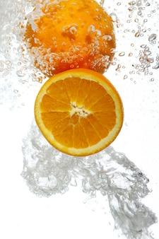 Orangen fielen ins wasser