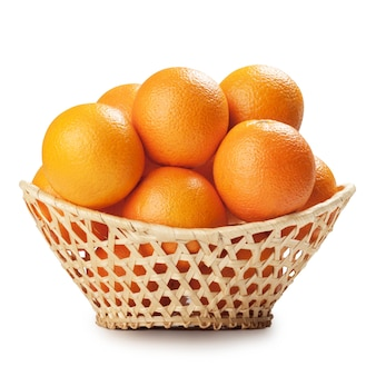 Orangen in einem schönen korb lokalisiert auf weiß