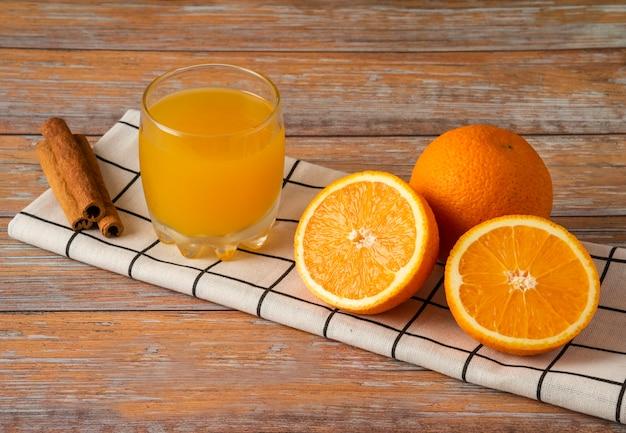 Orangen in scheiben geschnitten und mit einer tasse saft serviert