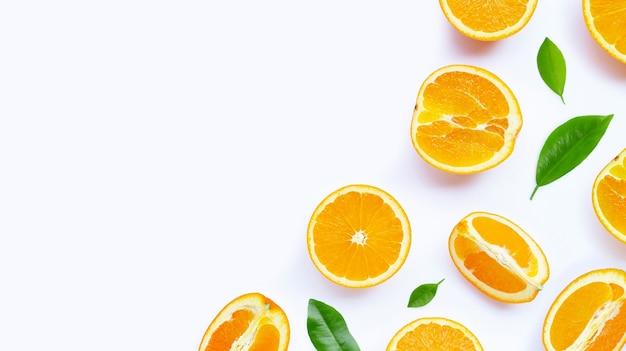 Orangen mit blättern auf weißer oberfläche. speicherplatz kopieren