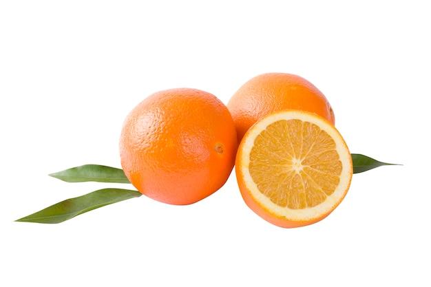 Orangen mit blättern isoliert nah