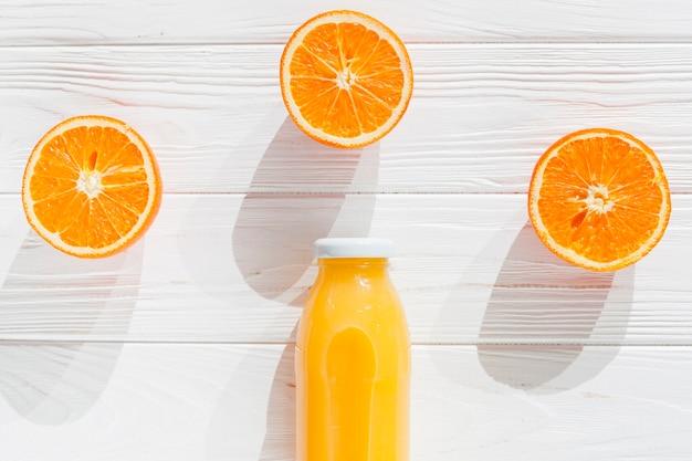 Orangen mit einer flasche saft schneiden