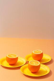 Orangen mit hohem winkel auf tellern