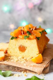 Orangen-pfund-kuchen, gewürzt mit frisch gepresstem orangensaft und zitronenschale