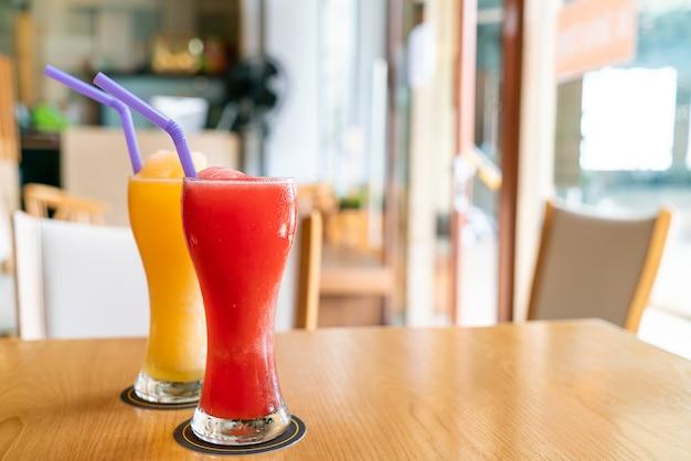 Orangen-smoothie und wassermelonen-smoothie-glas im café