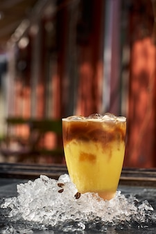 Orangen- und kaffeecocktail mit platz für ihren text