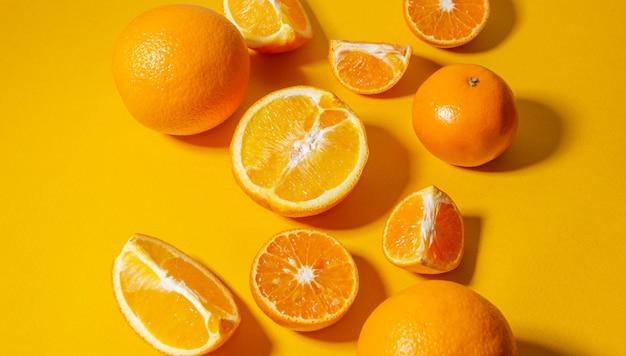 Orangen und mandarinen ganz und in stücke geschnitten