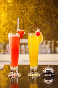 Orangen- und wassermelonencocktails im oberen bar-restaurant.