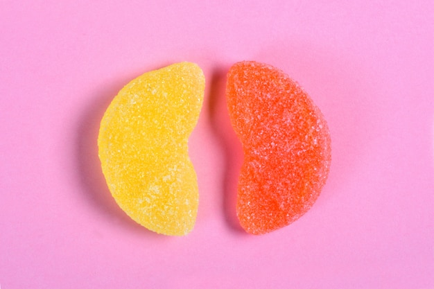 Orangen- und zitronengeleesüßigkeit auf rosa