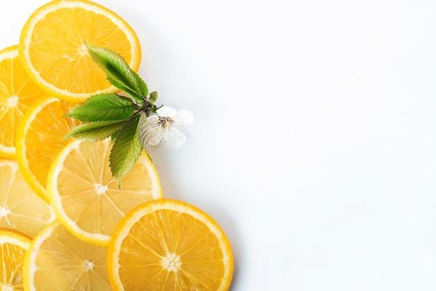 Orangen- und zitronenscheiben isoliert auf einem weiß.