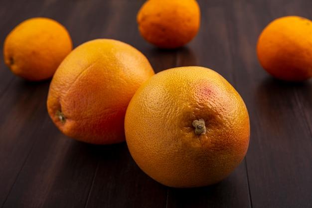 Orangenansicht der vorderansicht auf hölzernem hintergrund