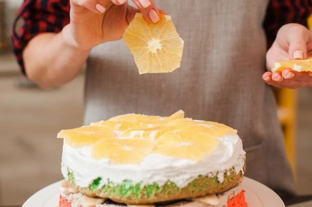 Orangendekoration des hausgemachten kekskuchens