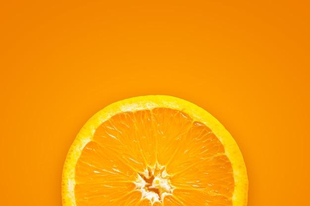 Orangenfrucht auf gelbem und rotem hintergrund