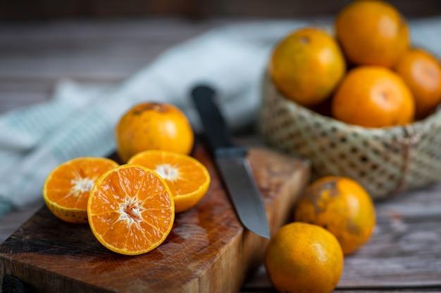 Orangenfrucht auf holz. mandarinen. mandarinenorangen. vang vieng orangen. frische orangenfrucht. gesunde früchte.