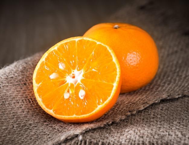 Orangenfrucht auf holz