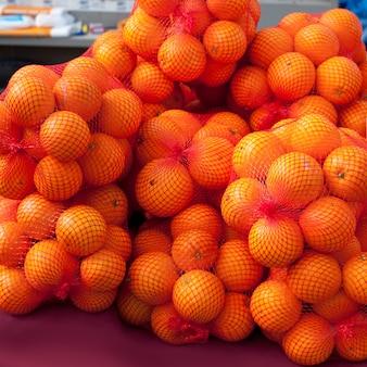 Orangenfrucht auf marktnetzbeuteln