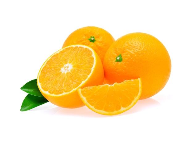 Orangenfrucht auf weißem hintergrund