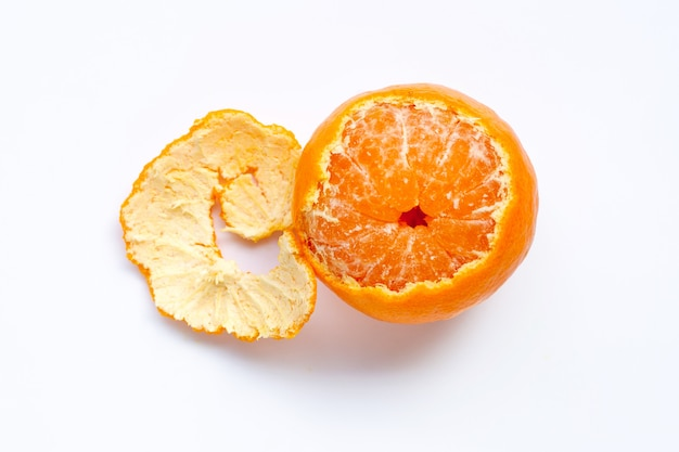 Orangenfrucht auf weißem hintergrund.