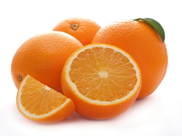 Orangenfrucht auf weißer wand