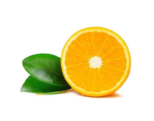 Orangenfrucht lokalisiert auf weiß.