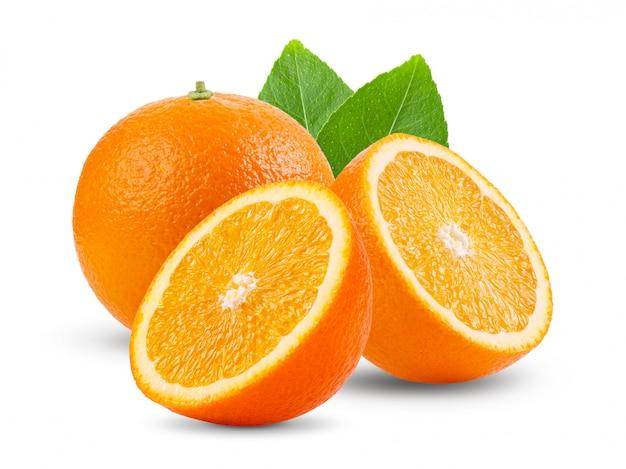 Orangenfrucht mit blättern auf weißer wand.