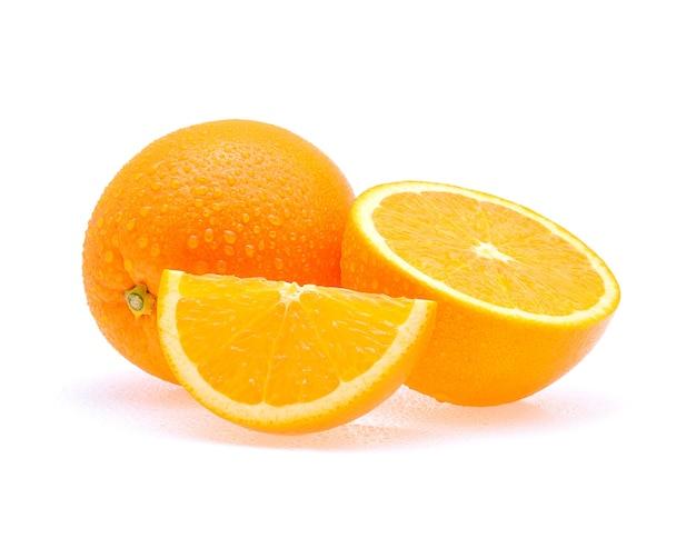Orangenfrucht mit tropfen lokalisiert auf weiß