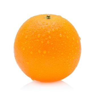 Orangenfrucht mit tropfen lokalisiert auf weißem hintergrund