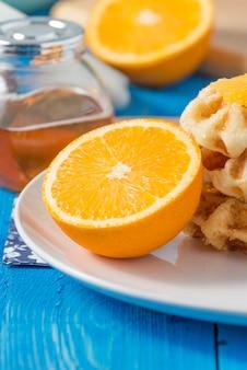 Orangenfrucht mit waffeln