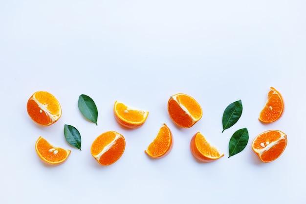 Orangenfrucht orangscheibenisolat auf weiß.