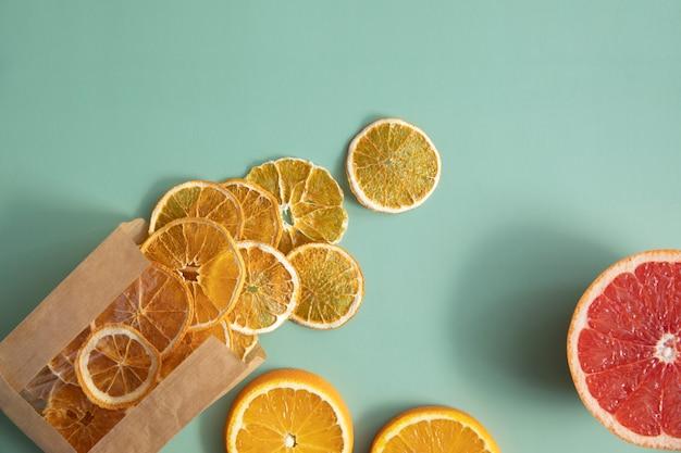 Orangenfruchtchips und halbe grapefruit