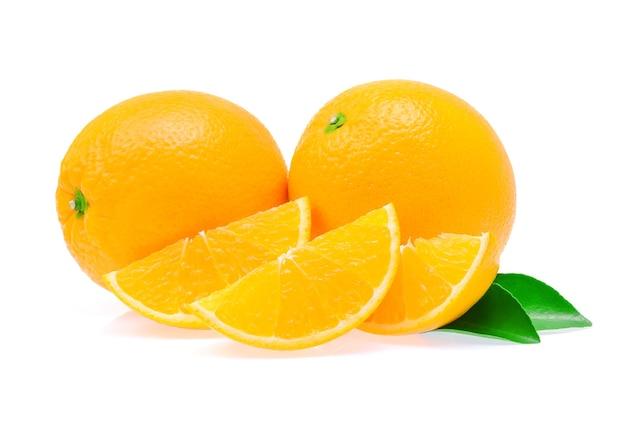Orangenfruchtscheibe auf weißem hintergrund